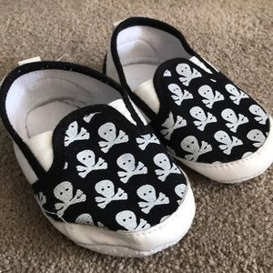 💀 Black and white slip on toddler 4 skull shoes